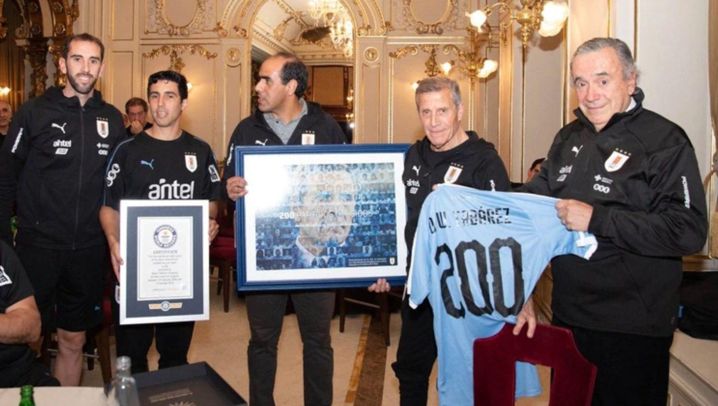 El 'Maestro' Tabárez recibió el récord Guiness por su impresionante cifra de partidos en la selección de Uruguay.