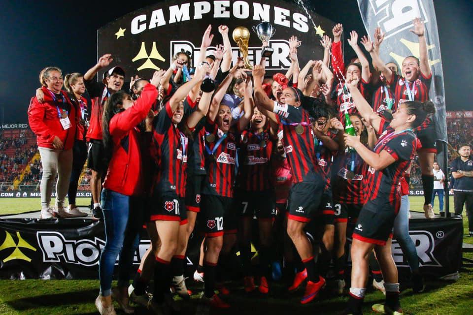 """Alajuelense conquistó su primer campeonato nacional femenino tras derrotar al Saprissa con un llenazo sin precedentes en la """"Catedral""""."""