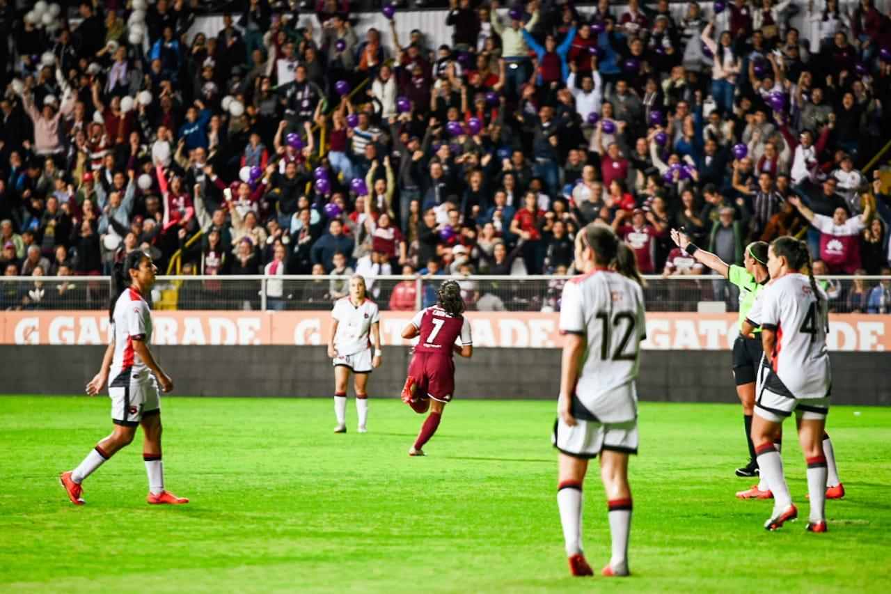 Con nuevo récord de asistencia, Saprissa FF y LDA-CODEA empataron en la ida de la final nacional.