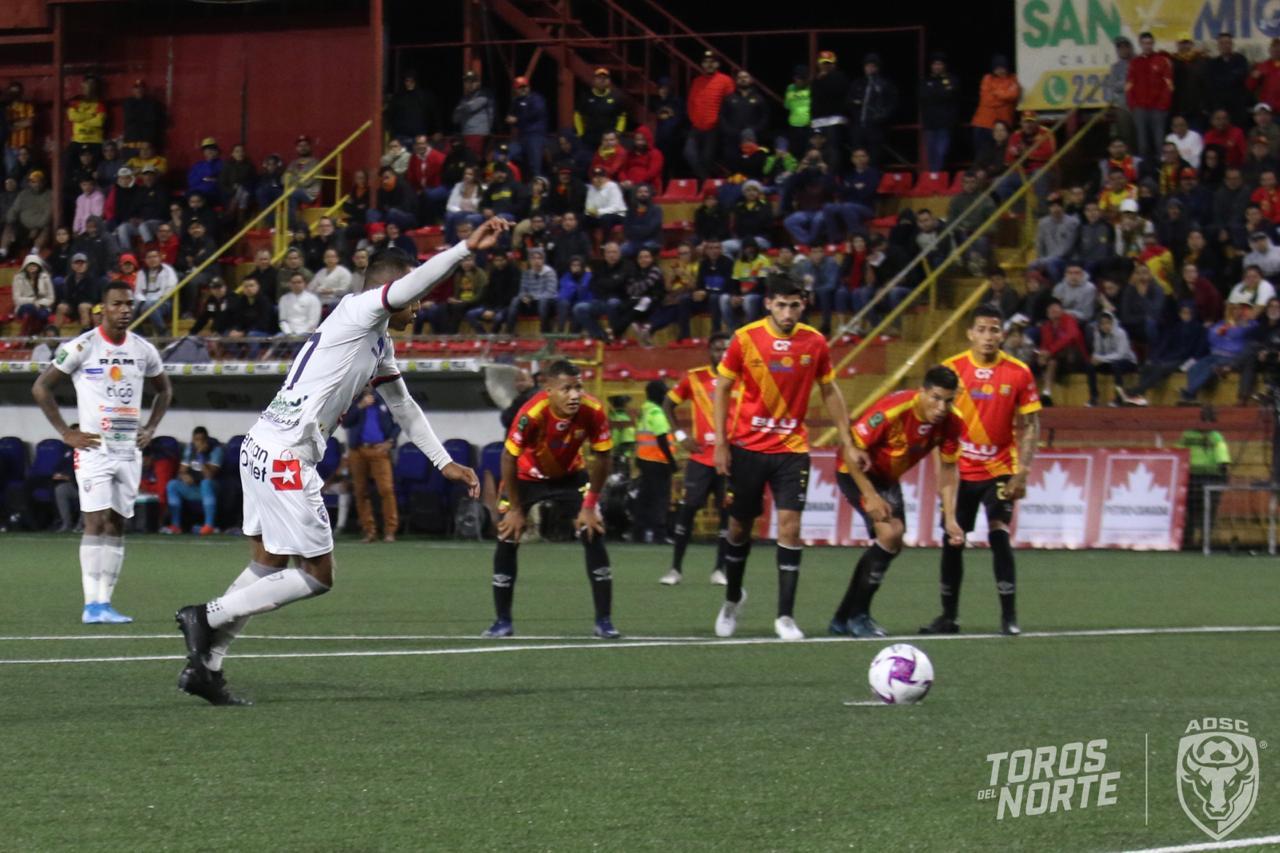 Herediano se relajó, perdió cómoda ventaja y cedió empate ante un San Carlos que luchó hasta el final.