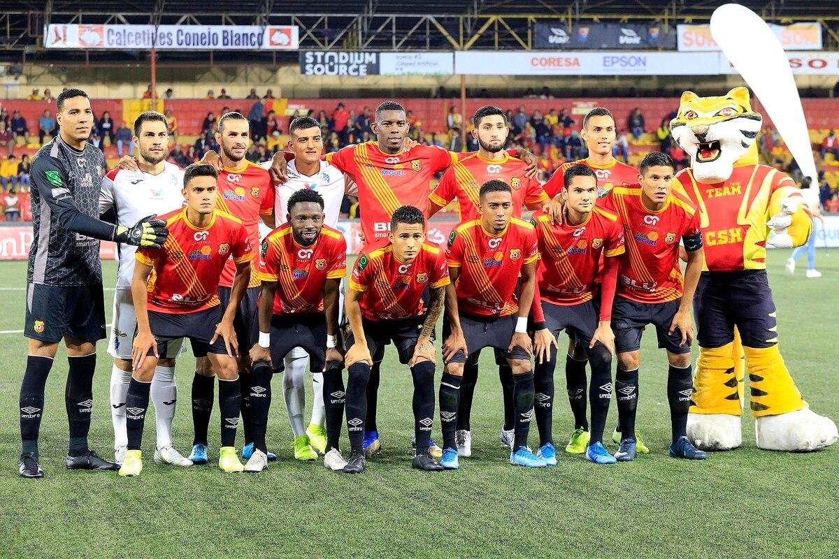 Heyreel Saravia y Jonathan Hansen ofrecen disculpas por posar en foto con jugadores del Herediano.