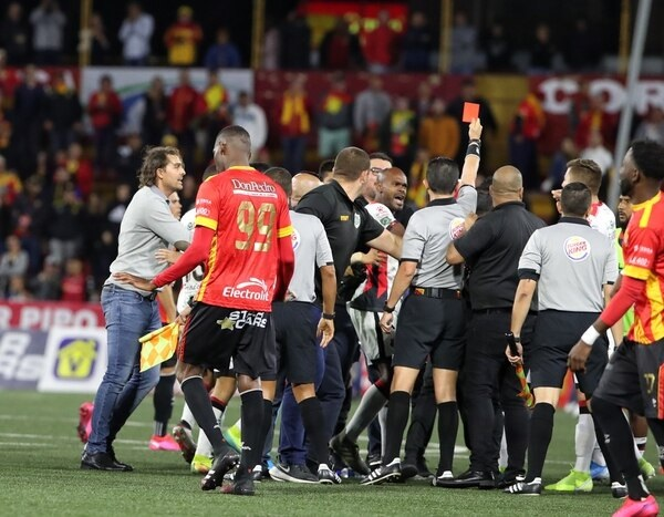 Barlon 2 meses, Kenner 3 partidos y McDonald 4 partidos: las sanciones en Alajuelense.