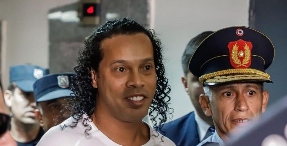 Ronaldinho sale de la cárcel en Paraguay y ahora cumplirá arresto domiciliario.