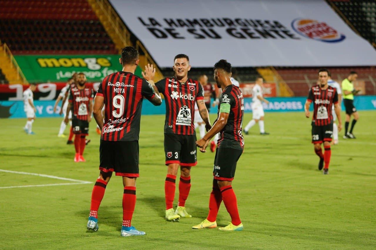 """Alajuelense ganó, gustó y goleó a unos """"Toros del Norte"""" en caída libre."""