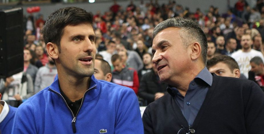 Padre de Novak Djokovic culpó a otro tenista por los casos de COVID-19 registrado en torneo organizado por su hijo.