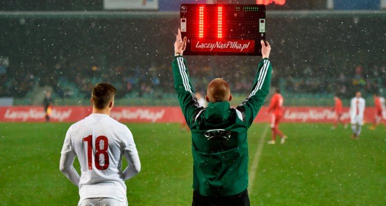 FIFA mantiene la regla de los 5 cambios hasta finales de la próxima temporada.