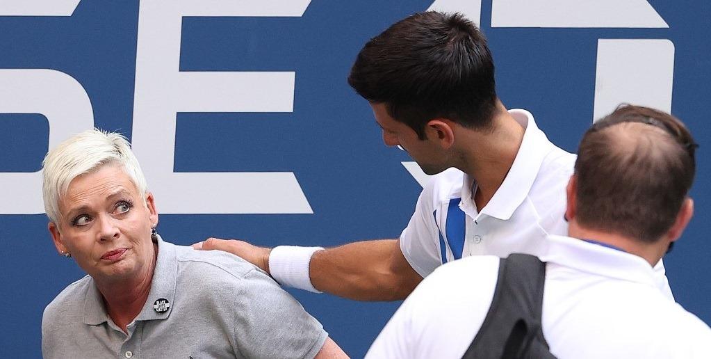 Novak Djokovic es descalificado del US Open tras golpear accidentalmente con la pelota a una jueza de línea.