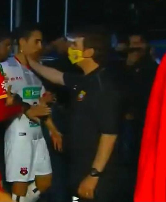 Tres partidos de suspensión y multa de ₡225 mil a Marcelo Emanuel por agredir a Bernald Alfaro.