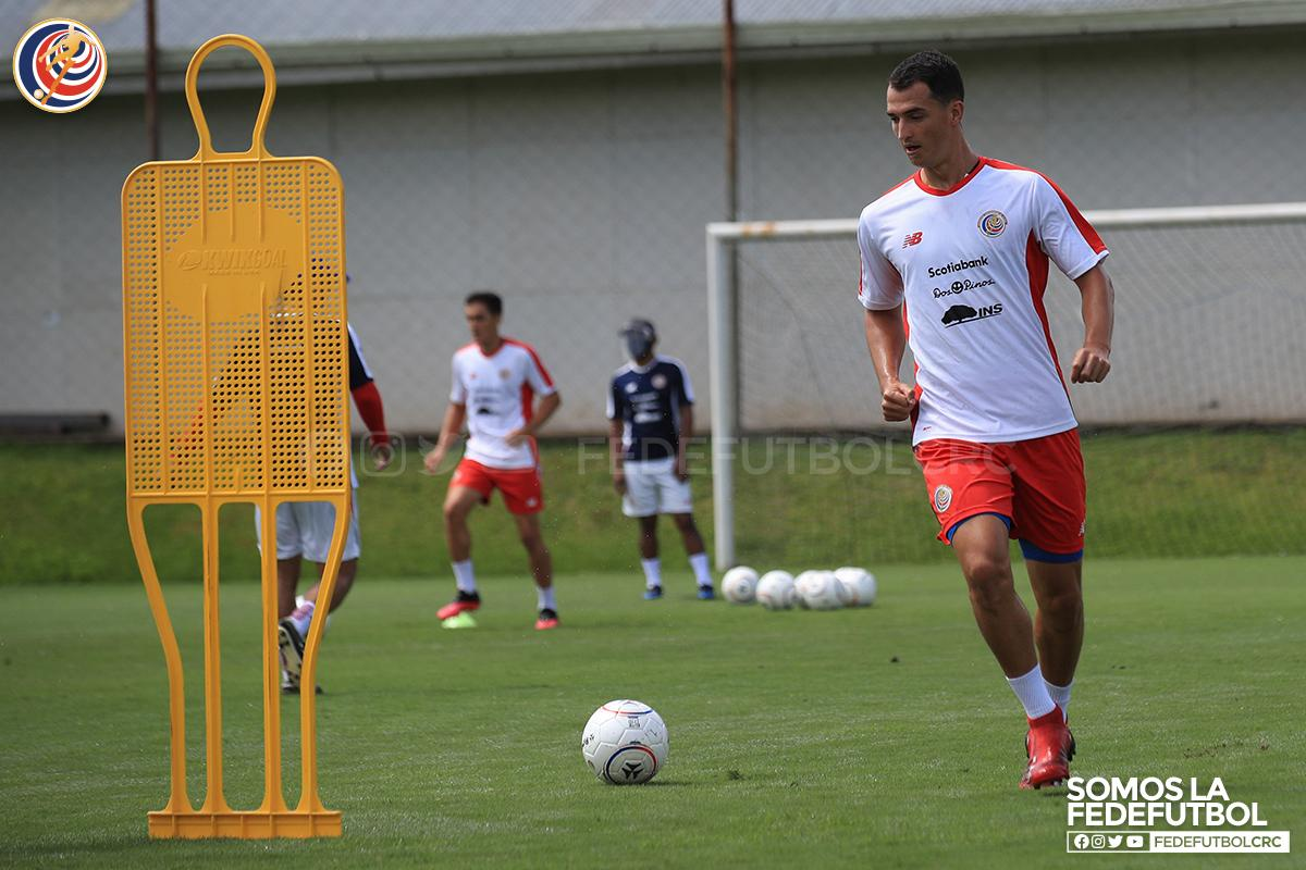 Alajuelense contrató al defensor central Marco Meneses.