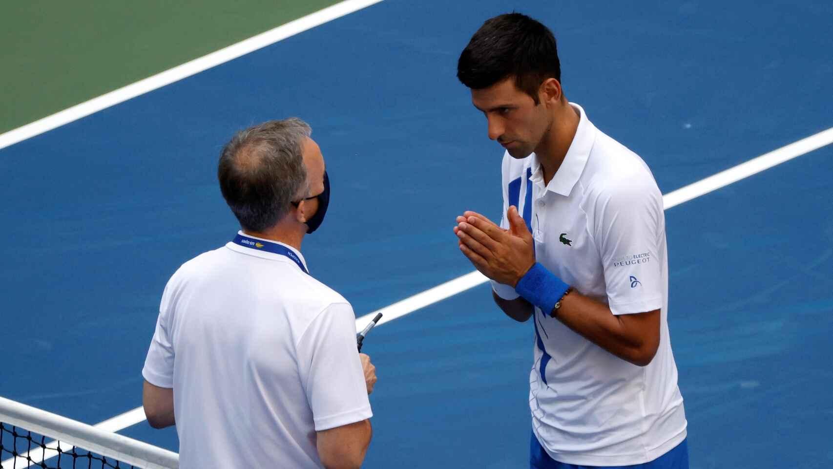 Djokovic pide perdón públicamente por su pelotazo a la jueza de línea en el US Open.