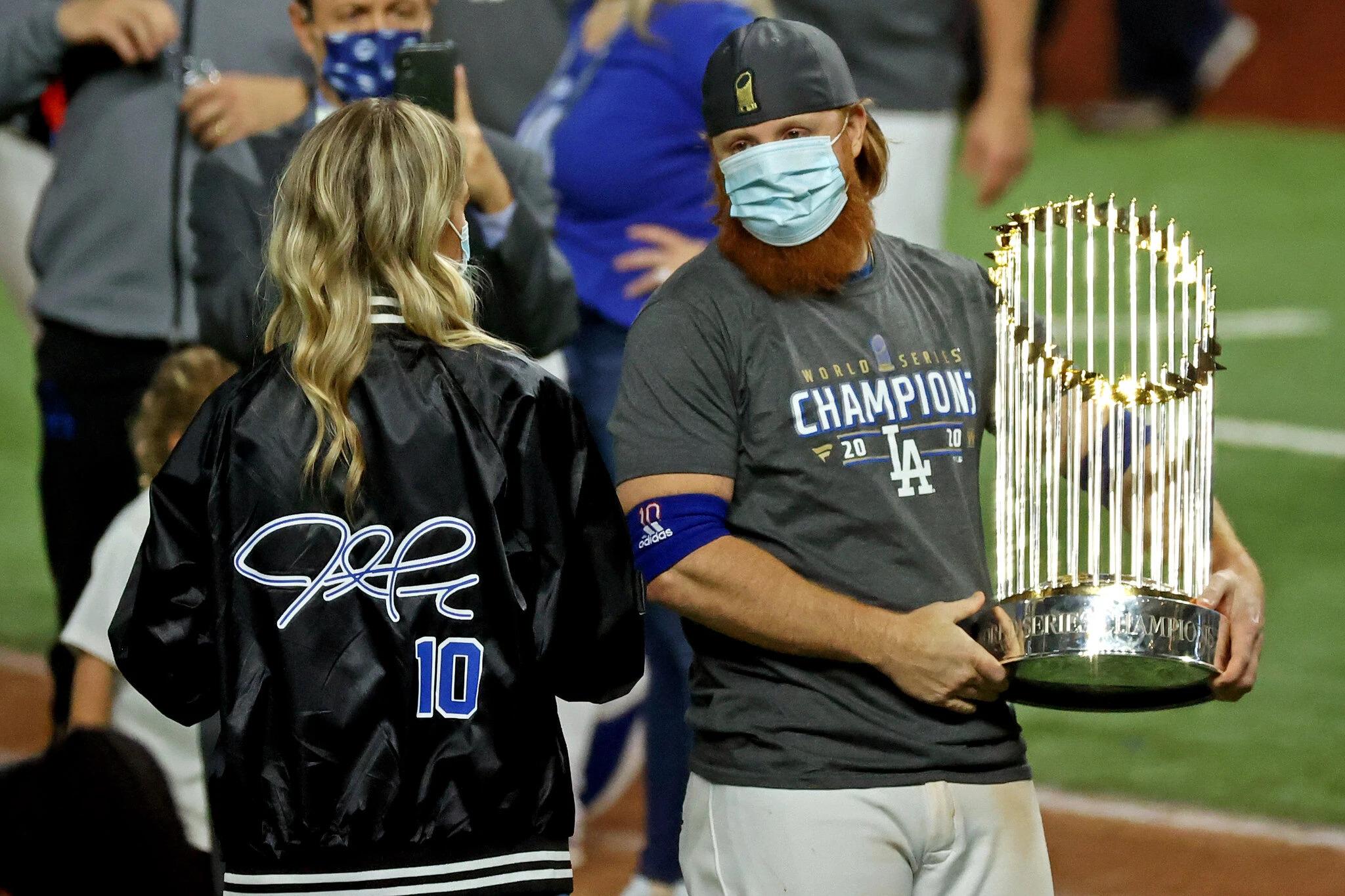 Serie Mundial: Justin Turner celebra con los Dodgers pese a que fue retirado por dar positivo con COVID-19.