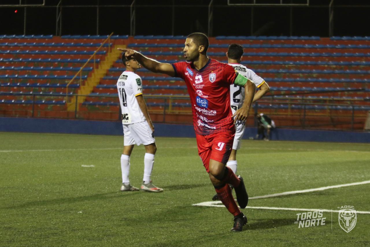 """Con doblete del """"perpetuo"""" Álvaro Saborío, San Carlos derrota a un Herediano en deuda."""