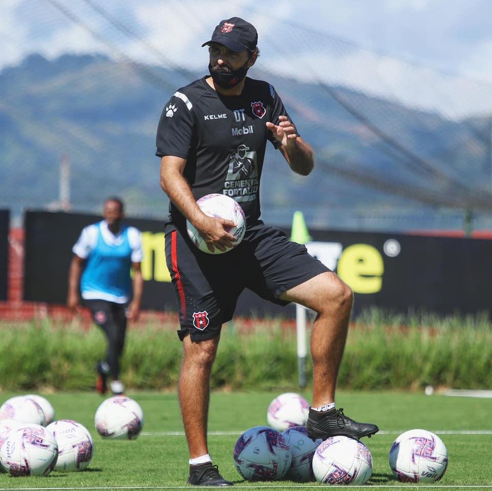 """Andrés Carevic sobre Venegas: """"Puede jugar en todo el frente de ataque, como doble nueve, como nueve, como interior, como volante por fuera""""."""