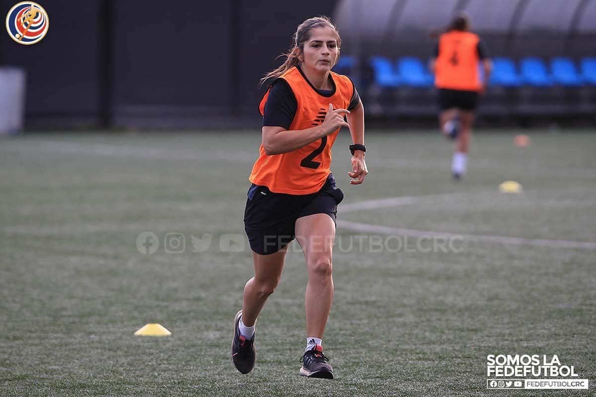 La réferi Marianela Araya dirigirá en la primera división masculina. Conozca los cuartetos para la jornada 2.