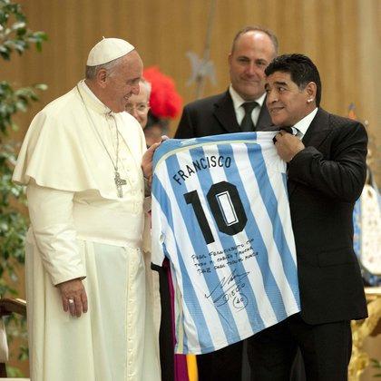 """El papa Francisco sobre Maradona: """"En el terreno de juego fue un poeta, un gran campeón que dio alegría a millones de personas. También era un hombre muy frágil""""."""