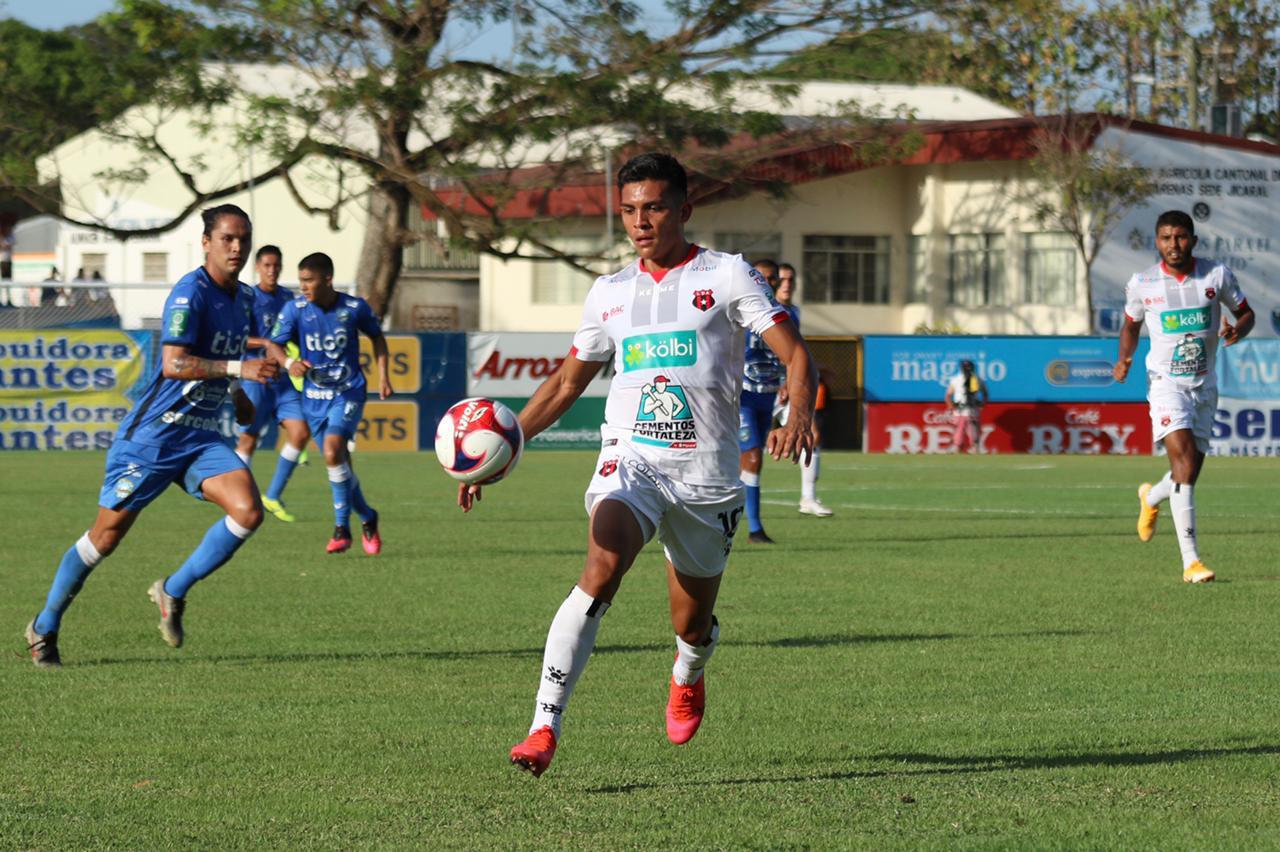 Alajuelense mantiene invicto en el Clausura tras rescatar empate en la Península ante Jicaral.