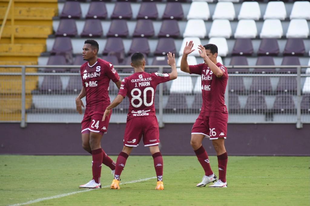 """Saprissa derrotó a Limón FC en la """"Cueva"""" y sube al segundo lugar del torneo."""