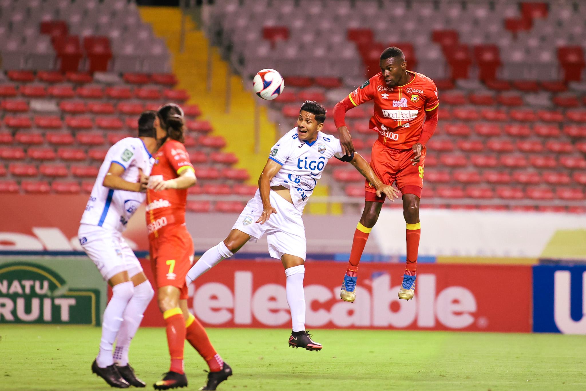 Jicaral luchó hasta la última jugada y rescató un punto del Estadio Nacional aprovechando un exceso de confianza del Herediano.
