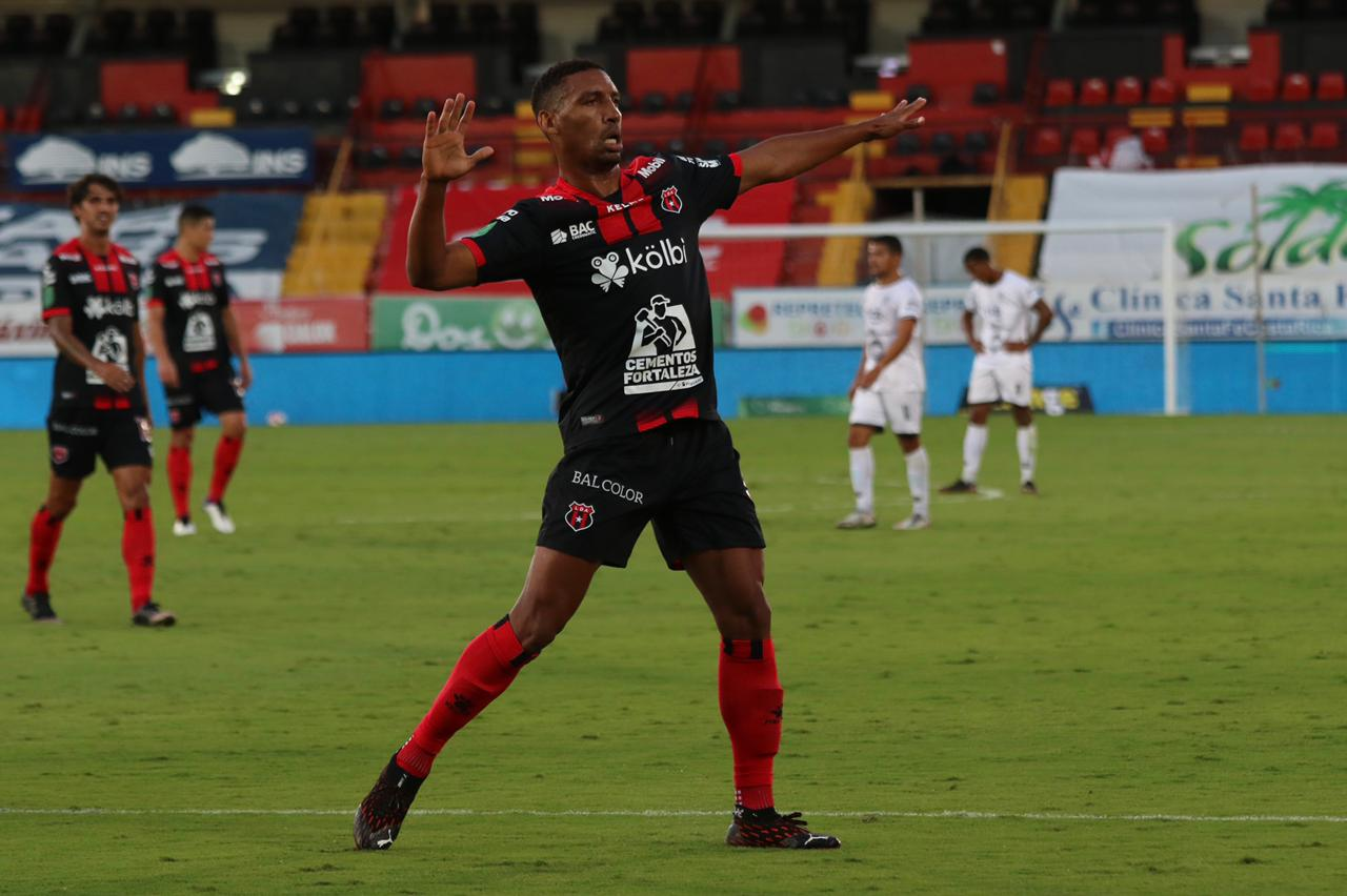 Alajuelense goleó al Sporting FC con triplete de Marcel Hernández.