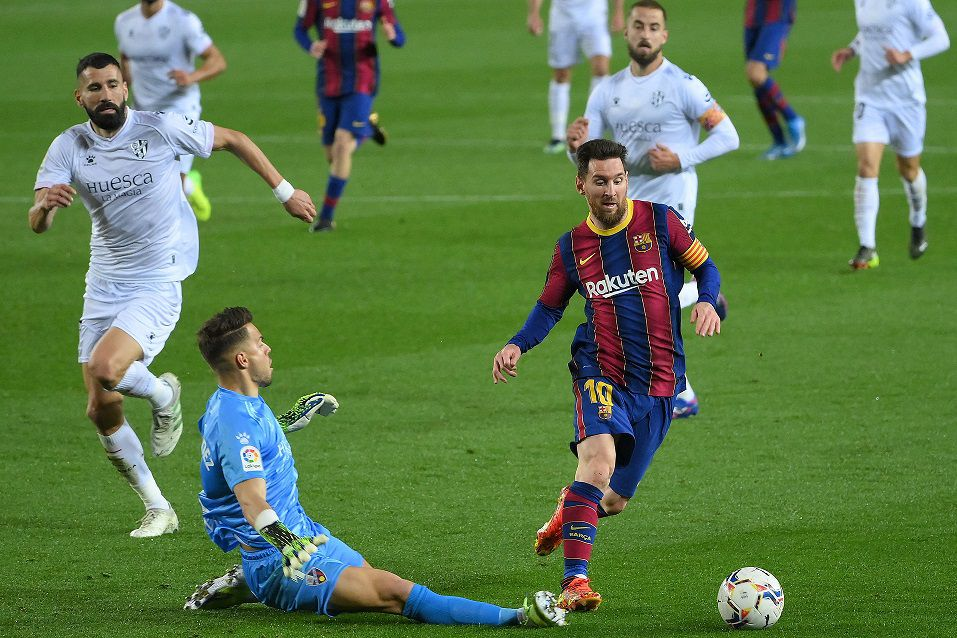 Barcelona golea al Huesca y se acerca al Atlético en la lucha por el título español.