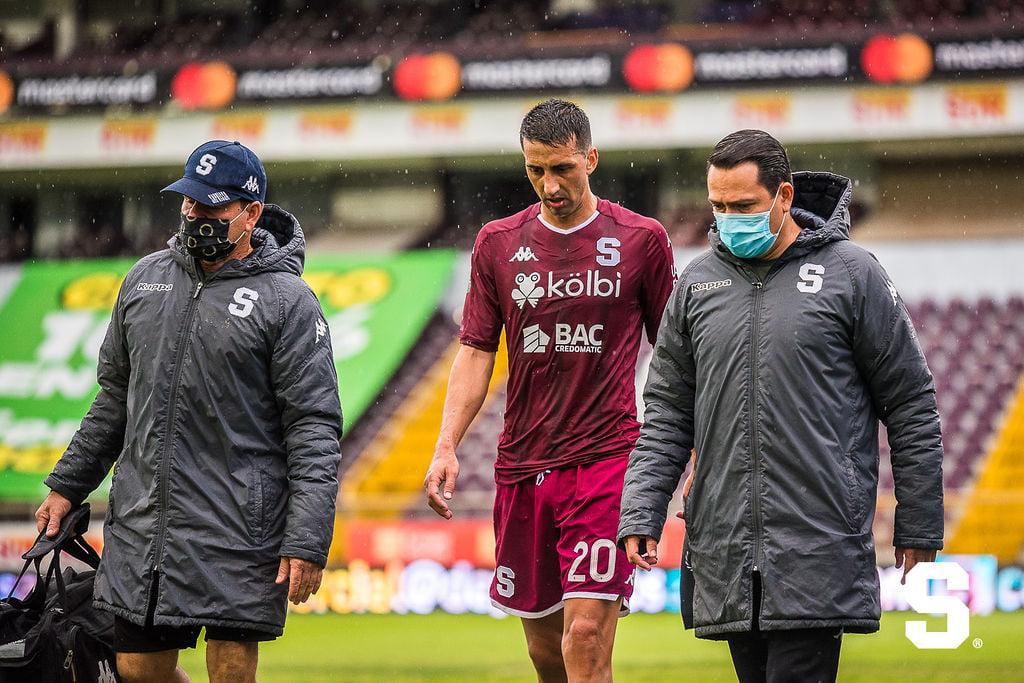 Saprissa descarta lesión grave de Mariano Torres en su rodilla derecha.