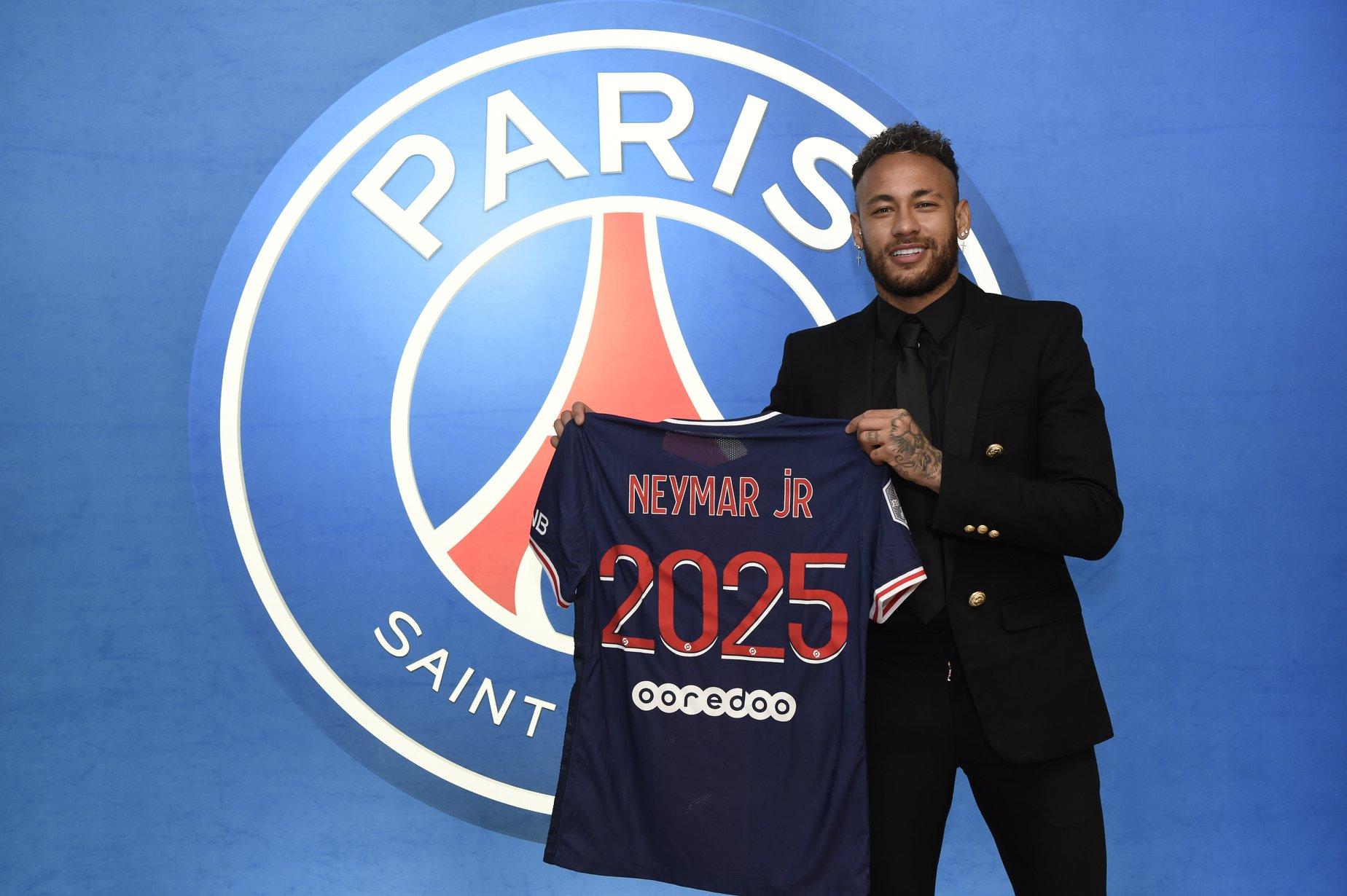 Neymar amplió su contrato con el PSG hasta junio de 2025.