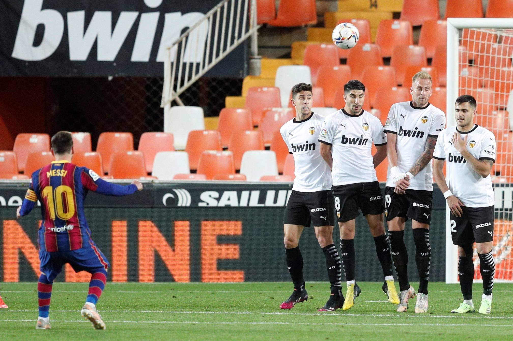Leo Messi mantiene al Barcelona con vida. Derrotaron al Valencia en Mestalla y siguen en la lucha por el cetro.